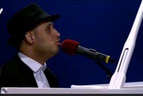 ببینید | اجرای زیبا و تاثیرگذار خواننده و نوازنده نابینا در عصر جدید