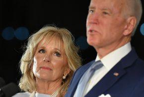 ببینید | حرکت جالب «جیل بایدن» هنگام مصاحبه همسرش «جو» با خبرنگاران